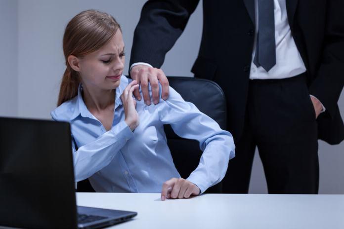 Сколько человек в США пострадало от домогательств на работе