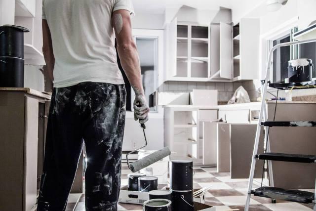 شما سرمایه گذاری را آغاز کرده اید که نیاز به بازسازی دارد: چه چیزی را انتخاب می کنید؟ 1. یک بازسازی کننده منزل 2. یک پیمانکار ثبت نام شده در زمینه بازسازی منزل ...