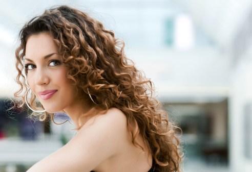 Hoe u kunt testen of uw haar golvend is (voordat u begint met de Curly Girl-methode)