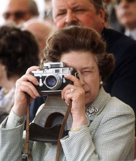 elizabeth-ii-the-queen-with-a-leica