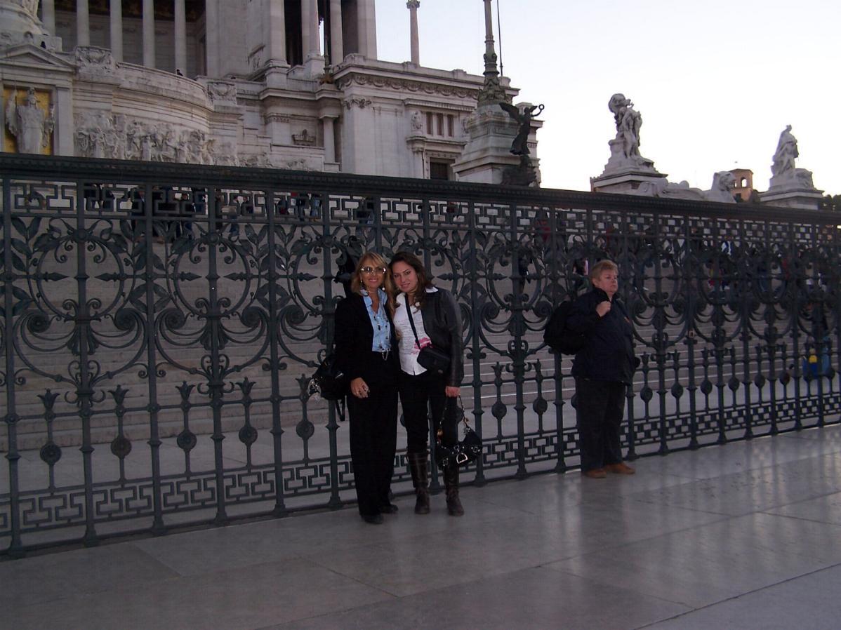 Alessandra e Mimma fotografate davanti allAltare della
