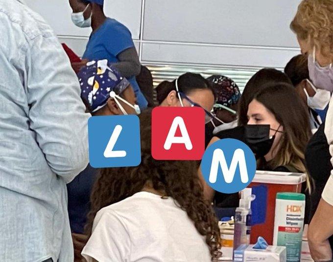 China Suárez siendo vacunada a su llegada a Miami. Imagen de la cuenta Twitter de Ángel de Brito.