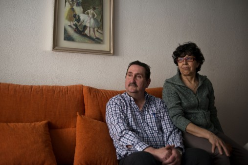 Francisco and Ansunción are both unemployed. Francisco has been unemployed for five years after being made redundant from his construction job, living on 400 euros per month from his redundancy pay. He plans to move abroad for work like many Spaniards, as they will soon be unable to afford to live.