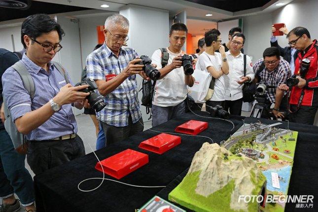 會場內擺放了三個攤位,其中一個有會動的火車模型,讓各參加者即場測試EOS 70D於拍片模式下強勁的連續自動對焦功能。