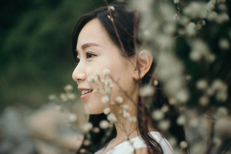用散景去令前面擋著主體的小花變成照片中有特色的元素