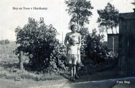 047-Toos v Harskamp en Bep 1944