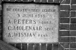 DE eerste steen, maar wat weet u van de laatste steen? Afbraak Christelijke Nationale School Dr. Abraham Kuijperweg.