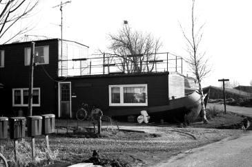 Een boot op de kant of een huis in het water. Wie wat waar? Woonark van Jan (Ark) Roosemalen. Einde Vrouwgeestweg-Heimansbuurt.