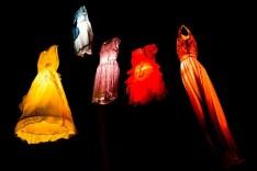 Im Windspiel der Bäume hängende Kleider mit Lampions am Weihnachtsmarkt in Kaltenberg