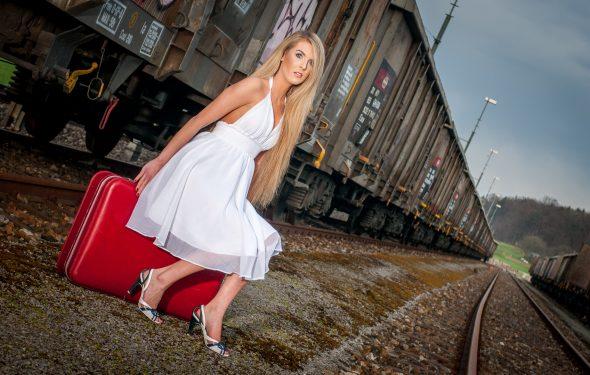 Bild: Shooting mit Angelique und rotem Koffer - Nicht geeignet für für Backpacking.