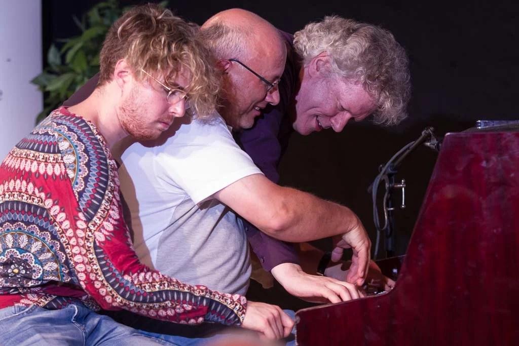 Drei Pianisten an einem Piano - das sieht man selten - und fotografiert wird es noch seltener.