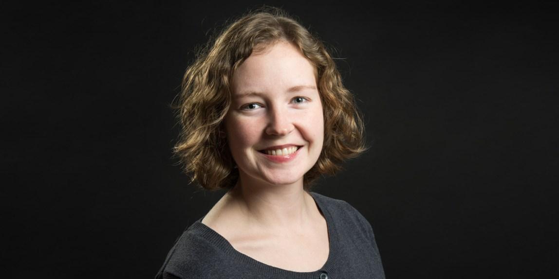 Bilde av Fotograf Elida Åsland med sort bakgrunn