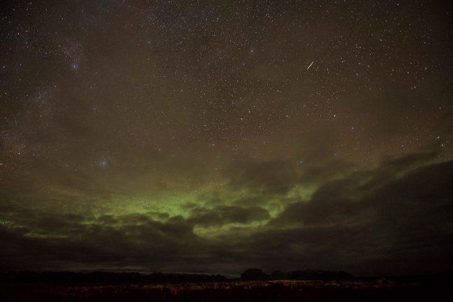 Een vallende ster (meteoor) en noorderlicht. Het wordt nog echt donker in IJsland!
