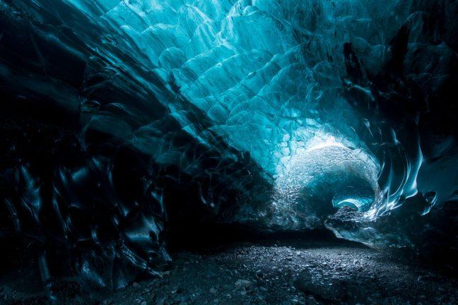 Foto van een ijsgrot in IJsland met nabewerking in Lightroom; wat een verschil!