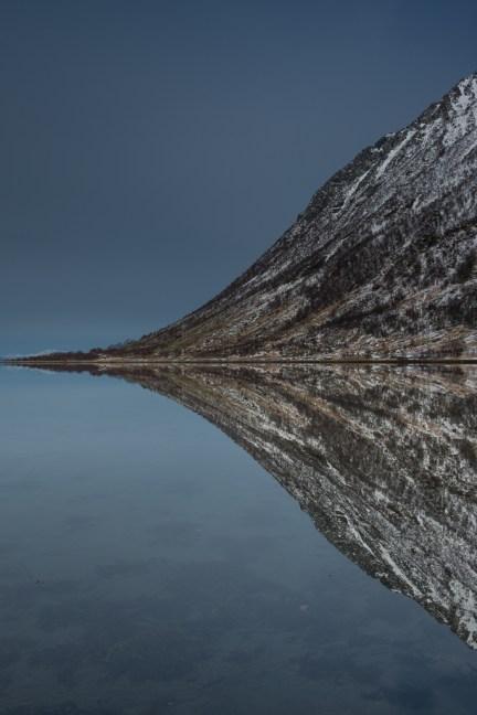 reflecties in een fjord op de Lofoten
