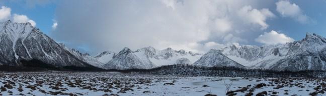 Winterse landschappen met besneeuwde bergtoppen