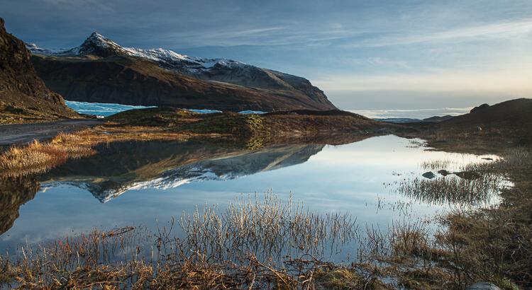 reflectie van een berg in het water in IJsland