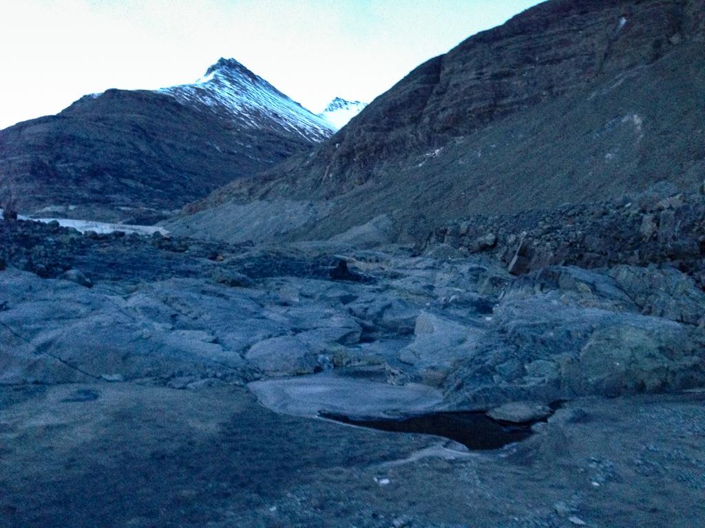 Uitzicht op de gletsjer in de verte vanaf de plek waar de smeltwaterstroom liep.