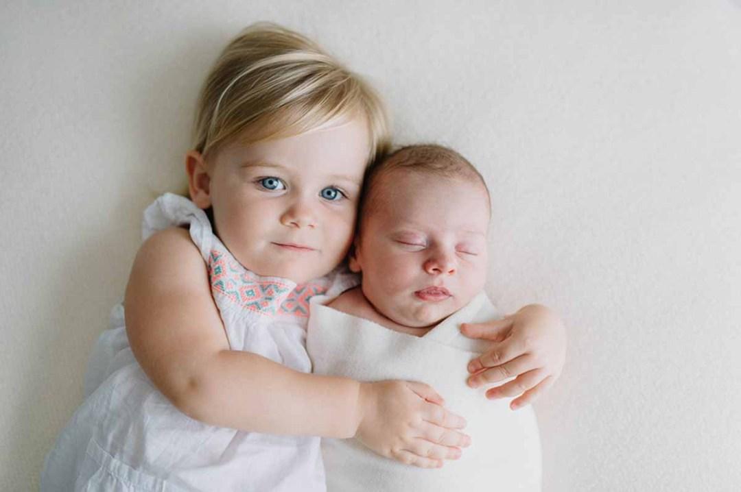 søster med newborn foto i Vejle