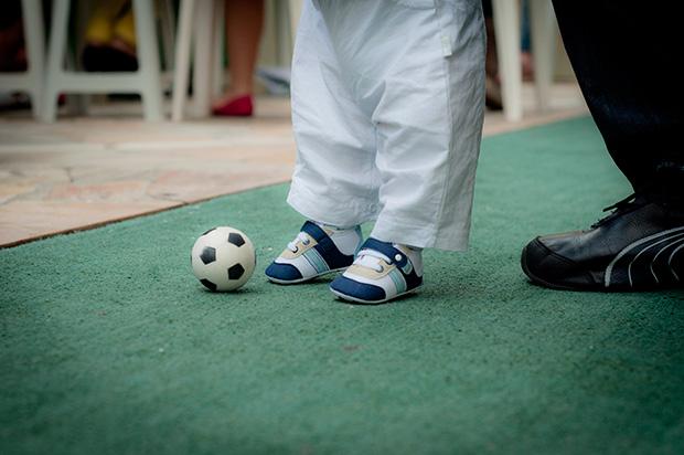 Autoconfiança da criança ao das os primeiros passos com a bola
