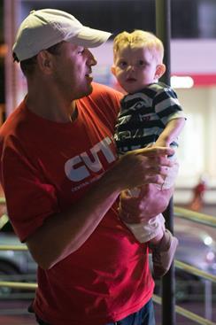 Sizenando com seu filho Gabriel no colo.