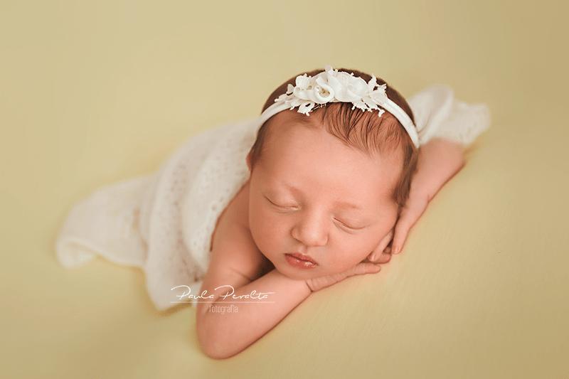 tips pose newborn manitos bajo mentón