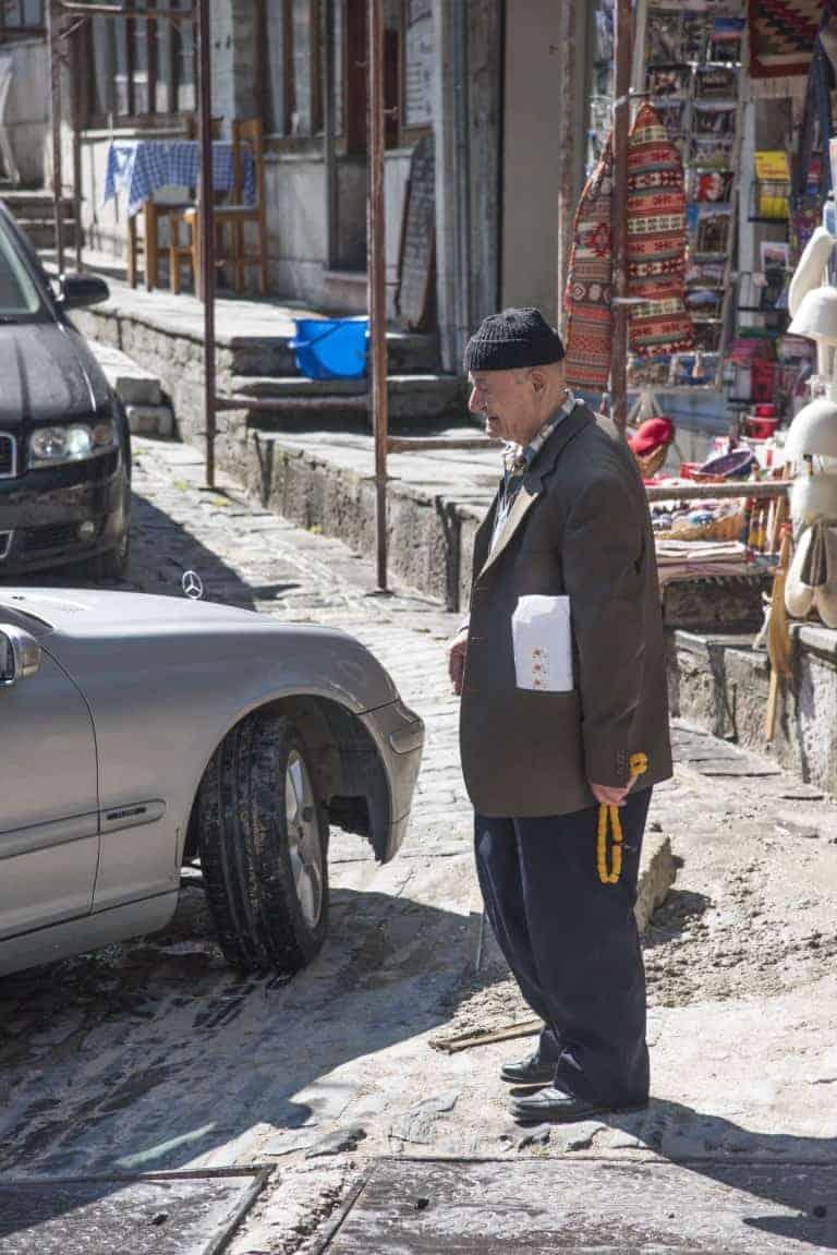 Man op straat in Tirana - Fotoreis Albanië