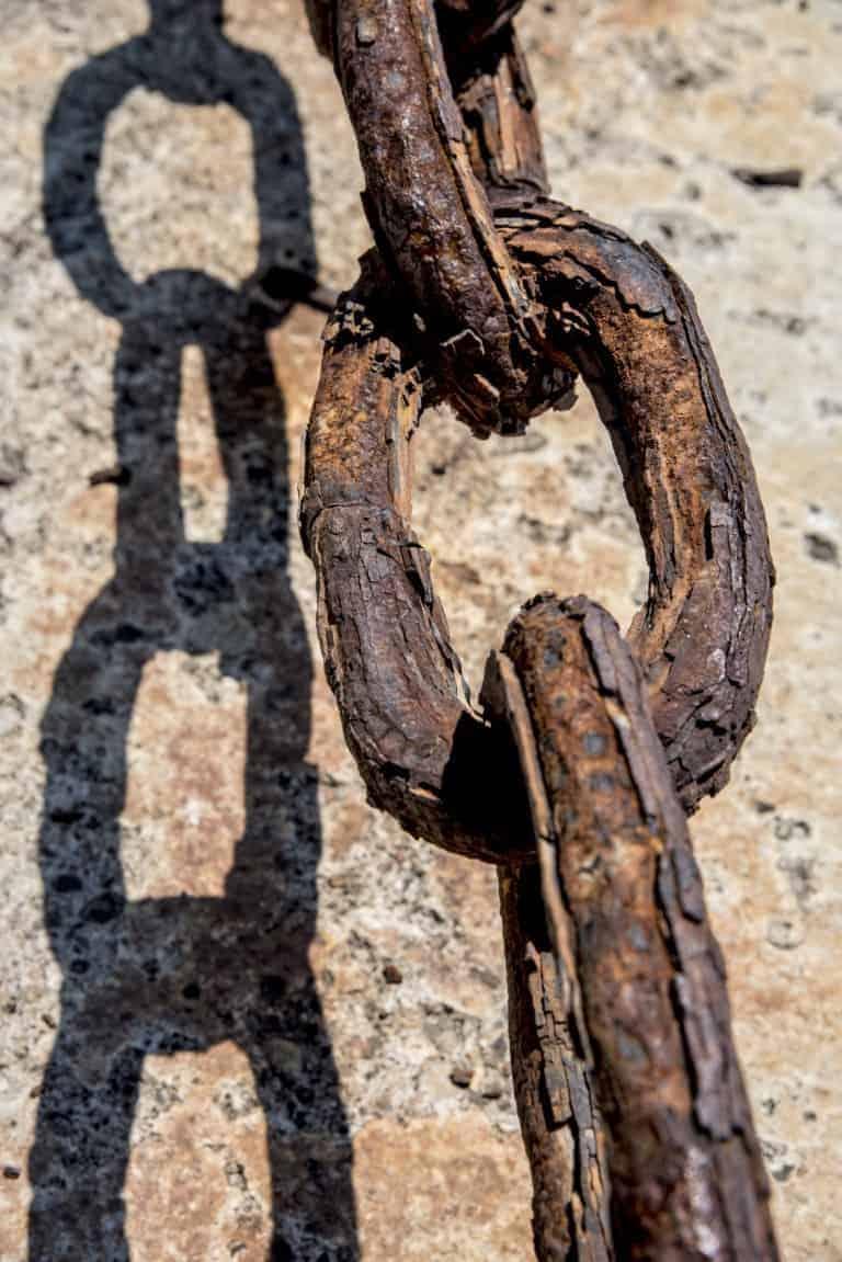 Fotoreis Albanië - Detailfoto van ketting in Durrës