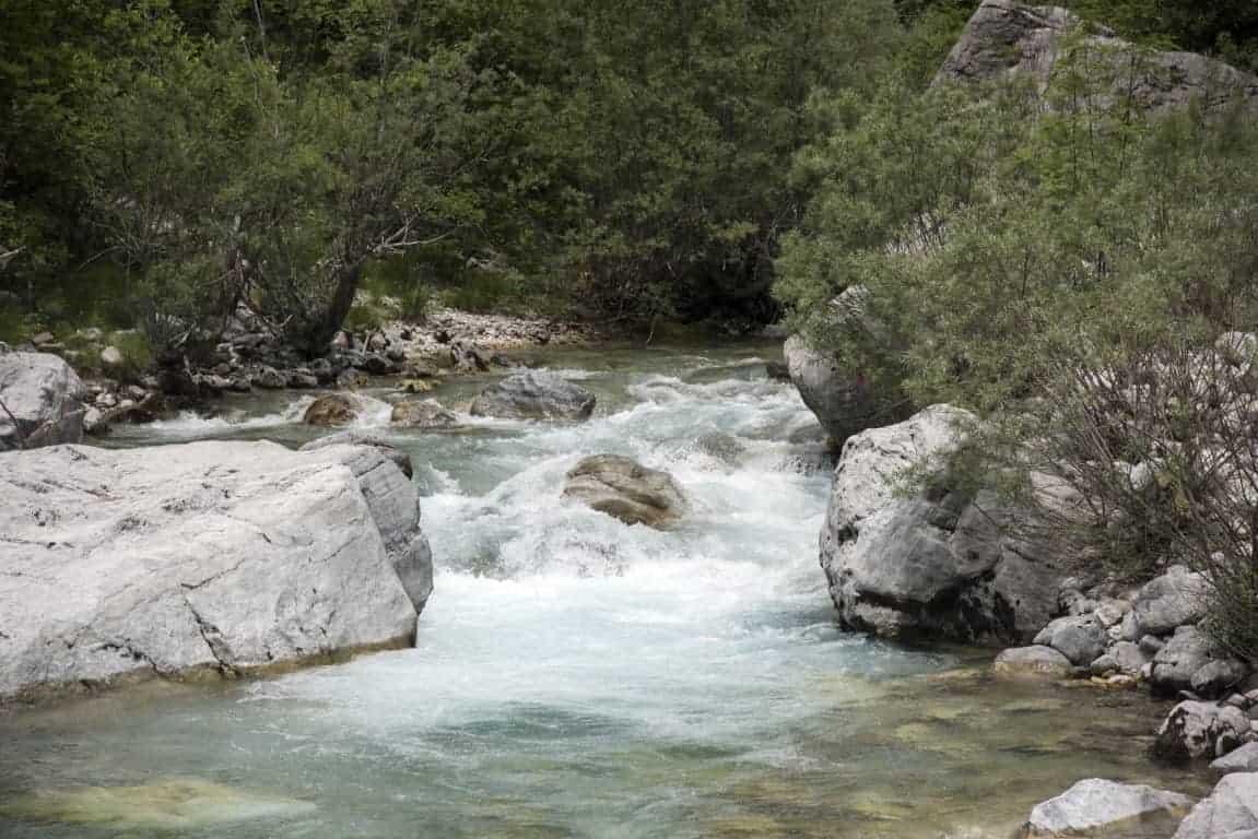 Fotoreis Albanië - Zeer helder woeste rivier nabij Teth