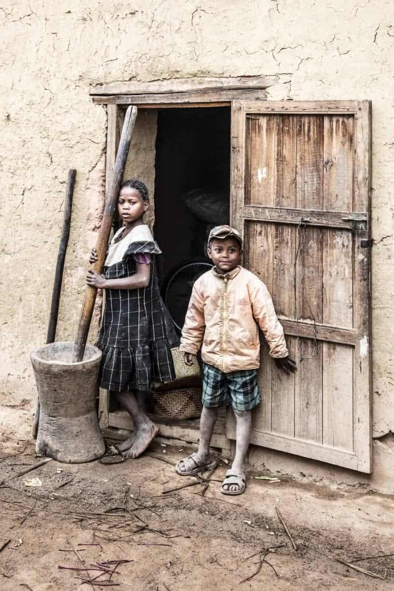 Fotoreis Madagaskar Kinderen bij de deur van een huis