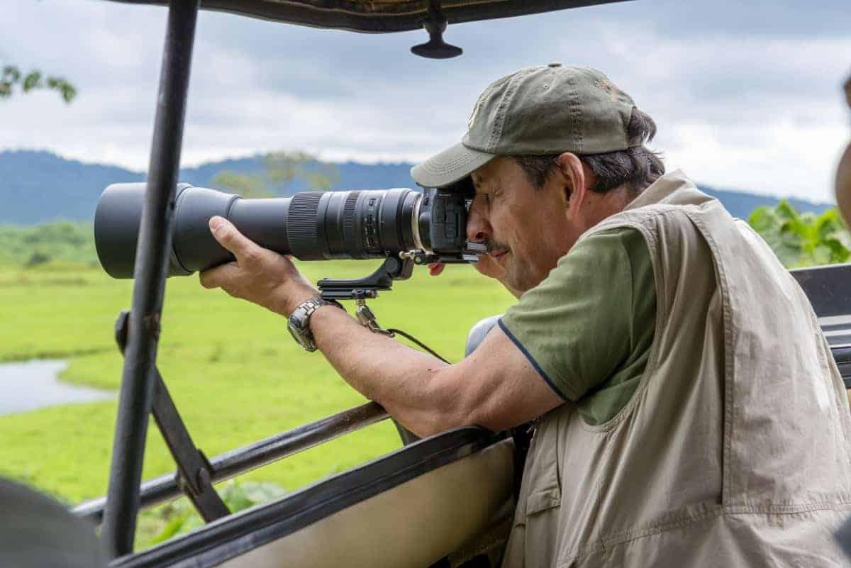 Fotoreis Tanzania - Man maakt foto vanuit jeep