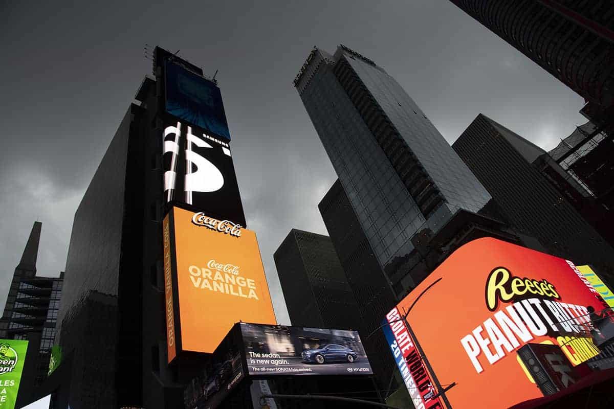 Fotoreizen New York Times Square met dreigende zwarte lucht