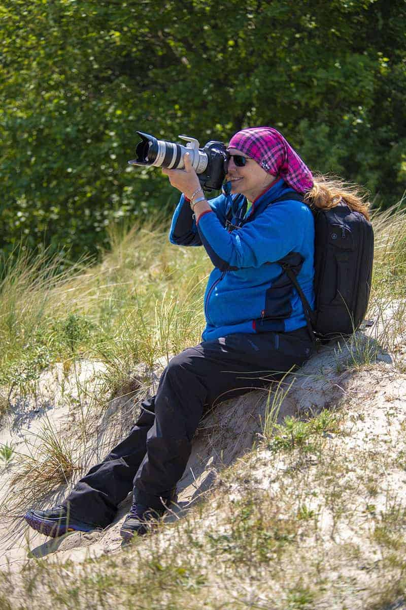 Zittend op Ameland aan het fotograferen tijdens de fotoreis.