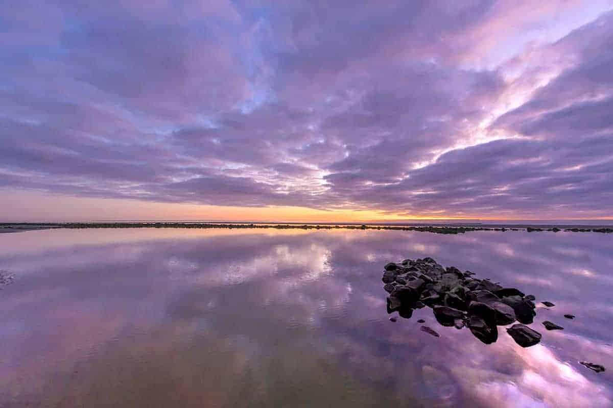 Paarse zonsondergang op Sunset Beach Ameland.