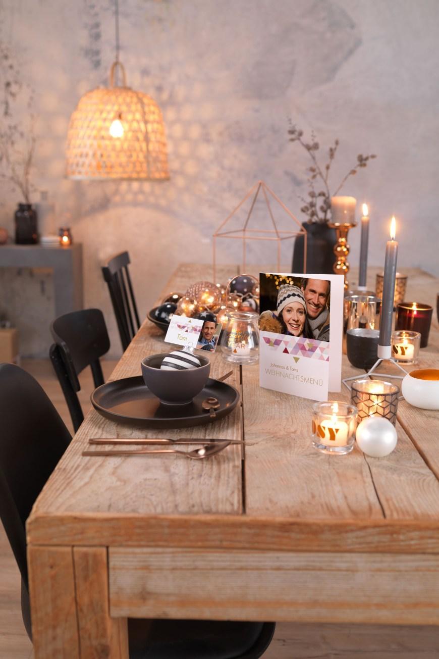 Die Weihnachtspost ist oft ein stimmungsvoller Blickfang in den eigenen vier Wänden. Besonders gut kommen individuell gestaltete Grußkarten mit eigenen Fotos an.