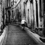 Man loopt over straat