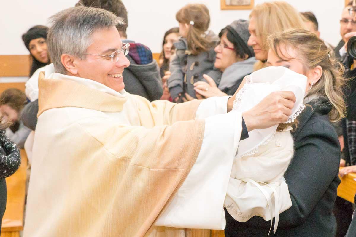Servizio fotografico battesimo Bari in chiesa