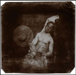 1840 (più o meno quando veniva inventata la fotografia). Autoritratto di un suicida annegato, autore H Bayard. Si tratta della prima falsificazione di una fotografia: alla faccia di chi dice che ultimamente tutte le fotografie sono photoshoppate!