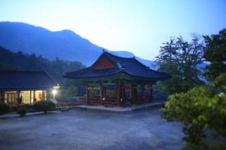 Svítá a hory kolem kláštera se probouzejí...