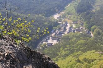 Pohled z horských hřbetů dolů do kláštera...