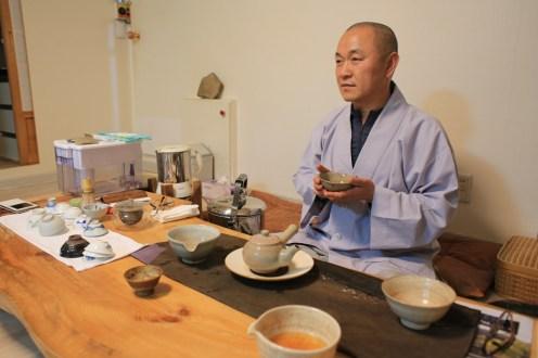 Jinsung, představený kláštera, si rád povídá - u čaje, samozřejmě...