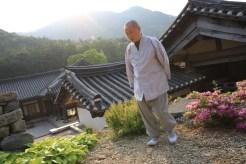 Jinsung, představený kláštera, za úsvitu...