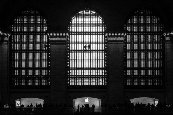 Silhuetter av mennesker som passerer de ikoniske glassvinduene på Grand Central Terminal på Manhattan i New York.