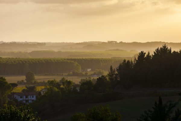 Fantastisk lys over et dalføre i Toscana, en varm julikveld.
