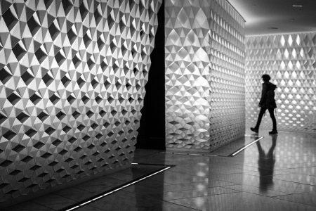En silhuett sniker seg rundt hjørnet inne ved garderobene på operahuset i Oslo.