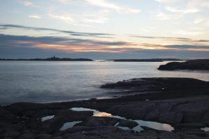 Nydelig kveld ved kysten og en himmel som speiler seg i pyttene. Bildet er tatt på Hvaler, nærmere bestemt på Herføl.