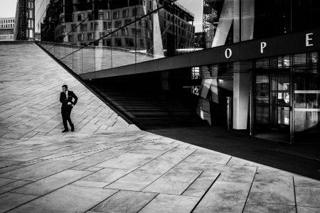 Stilig herremann utenfor operaen i Oslo, nesten litt Bond-aktig og derav tittelen på bildet.