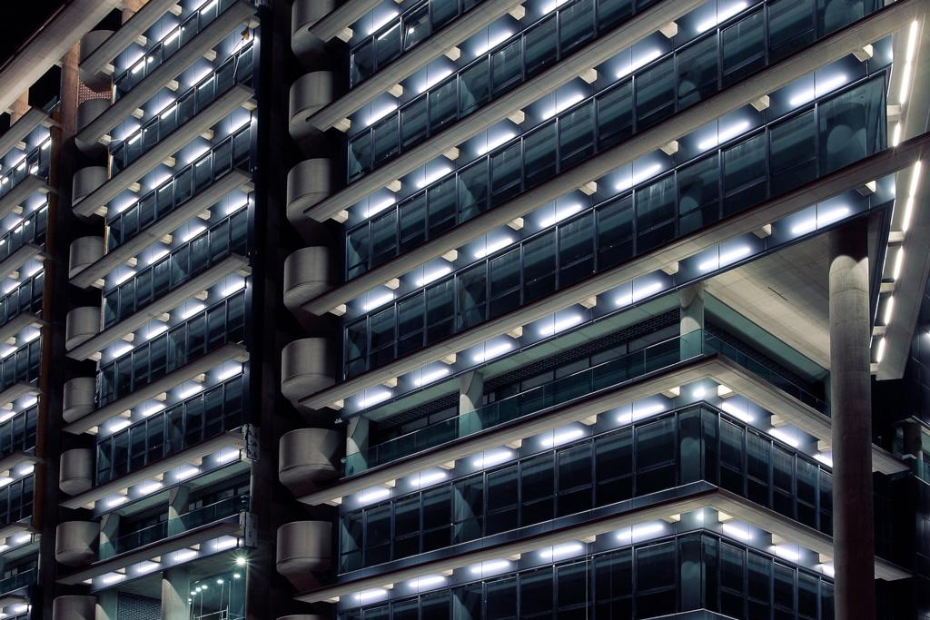 Parte de la fachada de Torre Proconsa iluminada