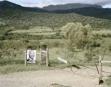 David Goldblatt In the Katkat Valley, near Fort Beaufort, Eastern Cape, 23 February 2006, 2006 stampa digitale su carta cotone, 112 x 138 cm © l'artista, courtesy Fondazione Cassa di Risparmio di Modena