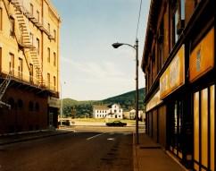 Stephen Shore Holden Street, North Adams, Massachusetts, July 13, 1974 c-print, 20,5 x 25,5 cm © l'artista, courtesy Fondazione Cassa di Risparmio di Modena